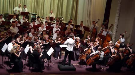симфония : DNIPRO, UKRAINE - JULY 1, 2016: Members of the Symphonic Orchestra - main conductor Natalia Ponomarchuk perform at the Potemkin Palace. Стоковые видеозаписи