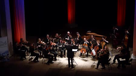 dyrygent : DNIPRO, UKRAINE - MARCH 12, 2018: FOUR SEASONS Chamber Orchestra - main conductor Dmitry Logvin perform Passacaglia by George Frederick Handel at the State Drama Theater. Wideo