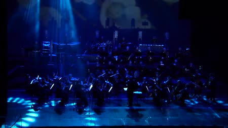 певец : DNIPRO, UKRAINE - FEBRUARY 11, 2018: Symphonyic Show performed by members of the Dnipro Opera and Ballet Theater - conductor Yuri Porohovnik. Стоковые видеозаписи