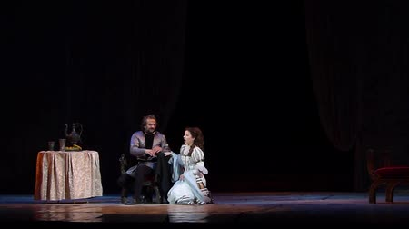 певец : DNIPRO, UKRAINE - OCTOBER 7, 2018: Rigoletto performed by the Dnipro State Opera and Ballet Theater. Стоковые видеозаписи