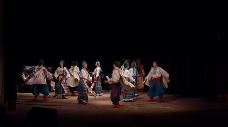 ucraniano : DNIPRO, UKRAINE - NOVEMBER 7, 2018: National traditions, customs and rites of the Ukrainian people performed by members of the Folklore Ensemble SLAVUTYCH at the State Drama Theatre.