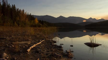 kanada : Panning to Sunset over Pyramid Lake at Jasper