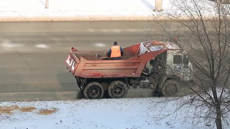 мостовая : sand strewing to reduce the icing of the road