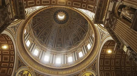 barok : ROME- APRIL 2018: Interior of St. Peters Basilica, Vatican, Italy dolly shot