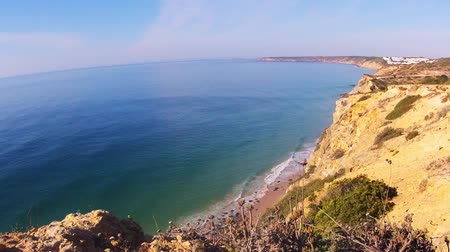 sukně : Time-lapse shot of a beach with rocks, sand and fast moving waves Dostupné videozáznamy