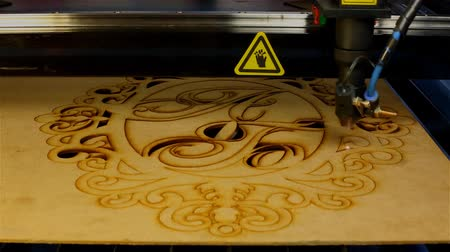дамаст : Laser cutting machine at work.  Beam of laser cut out tracery from plywood Стоковые видеозаписи