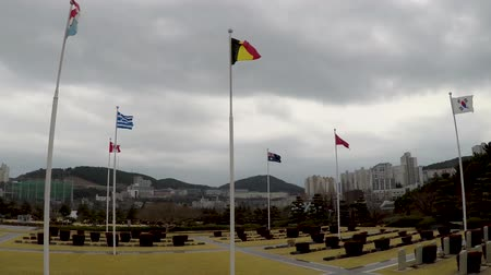 embléma : The UN Memorial Cemetery in Korea honors UN soldiers from 16 countries and UN aids from five countries that were killed in battle during the Korean War from 1950-1953