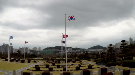 cemitério : The UN Memorial Cemetery in Korea honors UN soldiers from 16 countries and UN aids from five countries that were killed in battle during the Korean War from 1950-1953