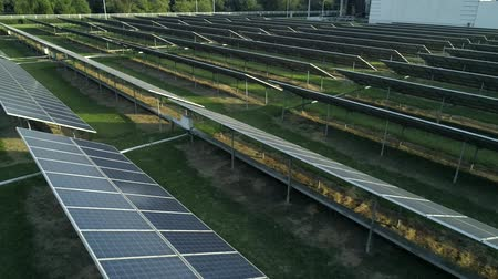udržitelnost : Aerial drone view of the solar panels in solar farm for green energy. Solar power plants. Renewable energy power plant producing sustainable clean solar energy from the sun