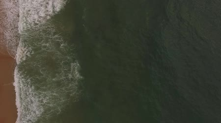 alcançando : Aerial drone view of tropical beach, ocean waves reaching shore. Top view of waves break on tropical sand beach.