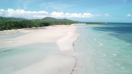 baleár : Aerial drone flight over tropical paradise turquoise beach with palm trees.. El Nido, Philippines.