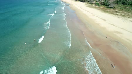 Оаху : Aerial drone view of tropical paradise beach with white sand and turquoise crystal clear sea water
