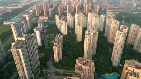blok mieszkalny : Aerial drone shot over residential apartment buildings on sunset. Aerial shot over community apartment complex in China.