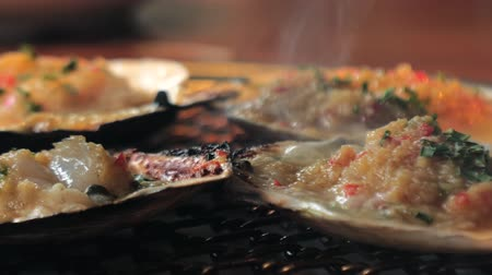 貝殻 : Big fresh scallop shell seafood grill on metal net with charcoal, barbecue in korean restaurant. Barbecue cooking style