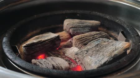 inflamável : Hot coal briquettes in a grill. Close view of a glowing charcoal. Vídeos