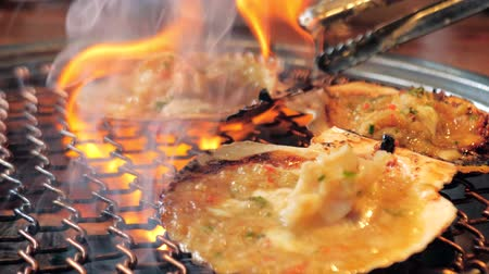 muszla : Big fresh scallop shell seafood grill on metal net with charcoal, barbecue in korean restaurant. Barbecue cooking style