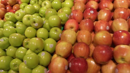 loja : The fruit selection of oranges, red apples, and green apples all available at the organic section of a grocery store. Stock Footage