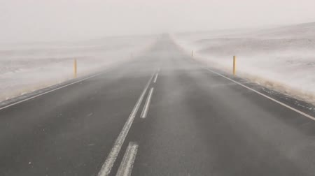 perigoso : A car driving through a snowstorm in Iceland