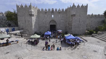 jeruzalém : Time-laps of people going in and out the old city of Jerusalem by the Damascus gate. Damascus gate is one of the two most used and famous gates of the old city of Jerusalem.