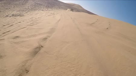 kumul : Driving with a 4 wheel drive through the desert of the United Arab Emirates near Abu Dhabi. Stok Video