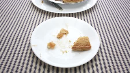 preparado : Close video of a man finish eating a slice of apple pie. Stock Footage