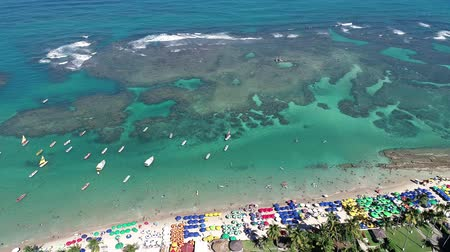 いかだ : Aerial view of Porto de Galinhas Beach, Pernambuco, Brazil: unique experience of swimming with fish in natural pools. Fantastic vacation travel. Candles, sailboats, rafts, boats in the harbor!