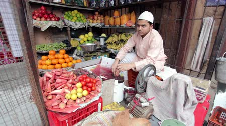 meyve suyu : AGRA, UTTAR PRADESH, INDIA - FEBUARY 24, 2015: Muslim man making fresh carrot juice in his shop on the Taj Ganj Street