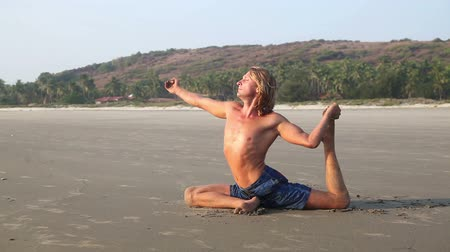 zihinsel : Man doing Yoga on the beach near the ocean in India