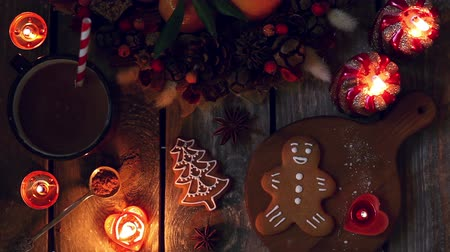 оформление : Christmas homemade gingerbread cookies, hot chocolate and burning candles on wooden table