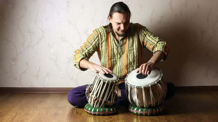 Man playing on Indian tabla drums Wideo