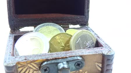 tesouro : zoom coins in the chest isolated in white