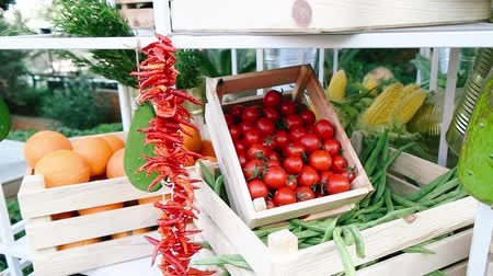 coletando : Cherry tomatoes and greengrocer stand in the case.