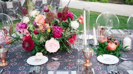 rusticana : Wedding dining table. Rustic wedding. Rouquet of roses. Colorful flowers. Stock Footage