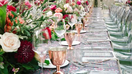 buket : Wedding dining table. Rustic wedding. Rouquet of roses. Colorful flowers. Stok Video