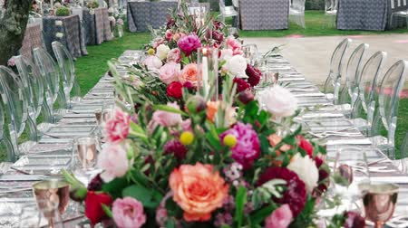 устроенный : Wedding dining table. Rustic wedding. Rouquet of roses. Colorful flowers. Стоковые видеозаписи