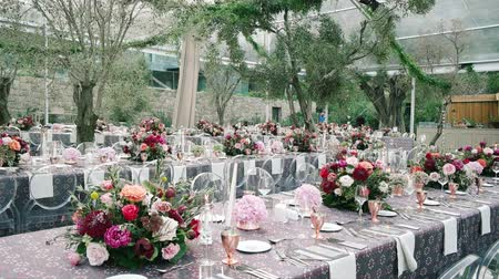 официант : Wedding dining table. Rustic wedding. Rouquet of roses. Colorful flowers. Стоковые видеозаписи