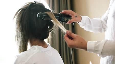 rolki : The bride gets her hair curled. Wideo