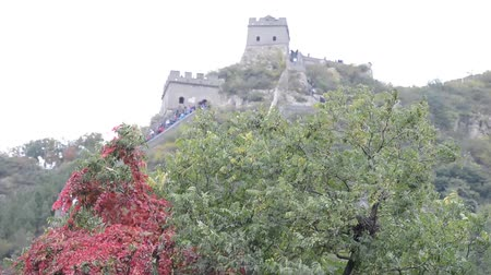 tradicional : Tourists walking up and down the stairs of the Great Wall of China