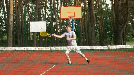 залп : Amateur male tennis player approching a forehand volley near the net to score a point during tennis match on hardcourt. Active sporty man playing tennis and hitting volley shot in vicinity of the net.