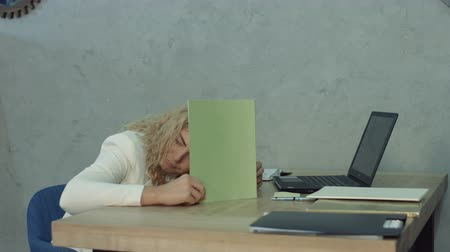 ленивый : Sleepy tired female employee taking a nap at office desk, covering head with documents during business hours. Lazy unproductive worker sleeping at workplace and leaning on office desk, avoiding job.