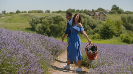 levandule : Cheerful multiethnic couple in love on romantic date spending outdoor leisure in lavender field. Excited affectionate mixed race couple enjoying summer vacations and freedom in blooming nature.