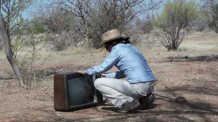 televízió : Woman out in the Boonies with Retro TV