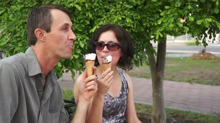 związek : Playful Couple Eating Ice Cream
