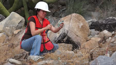 descobrir : Geologist Woman Rock Sample Stock Footage
