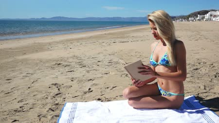 descobrir : Beach Bikini Girl Sit Reading