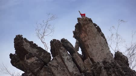 alpinista : Male Climber with Red Flag