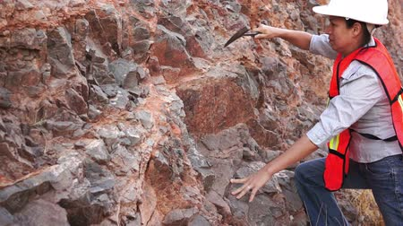 descobrir : Female Mining Prospector Rock Chipping