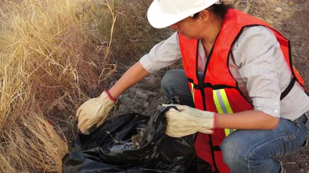 bolsa : Environmental Woman Cleaning Garbage