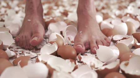 ayak parmakları : Wiggling Toes In Eggshells Dolly Stok Video