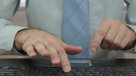 obtížný : Businessman Slamming Laptop Keyboard